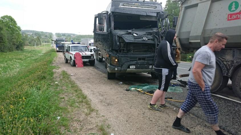 Водитель сломал обе ноги в столкновении грузовиков