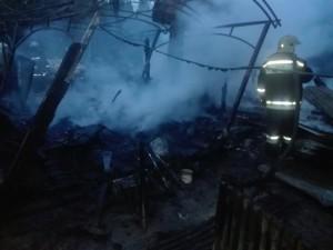Грузовик сгорел вместе с торговым навесом на Киевской трассе