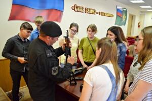 Школьникам разрешили собрать пистолет Макарова на уроке мужества